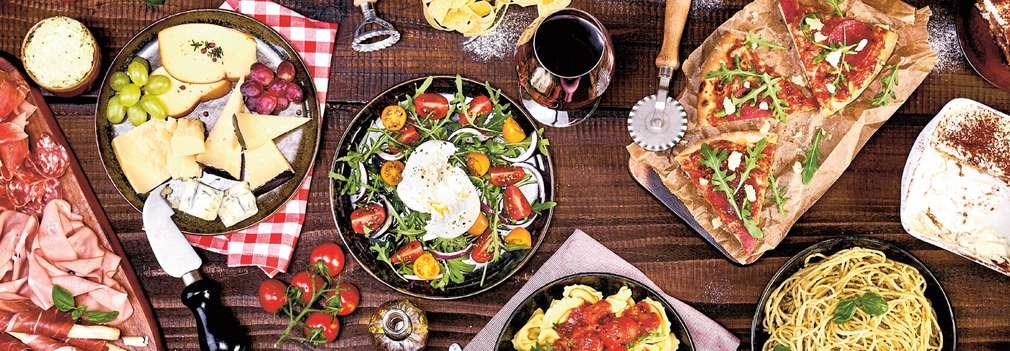 Изображение на маса, отрупана с различни италиански специалитети и деликатеси