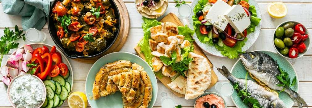 Изображение на различни типични за гръцката кухня ястия