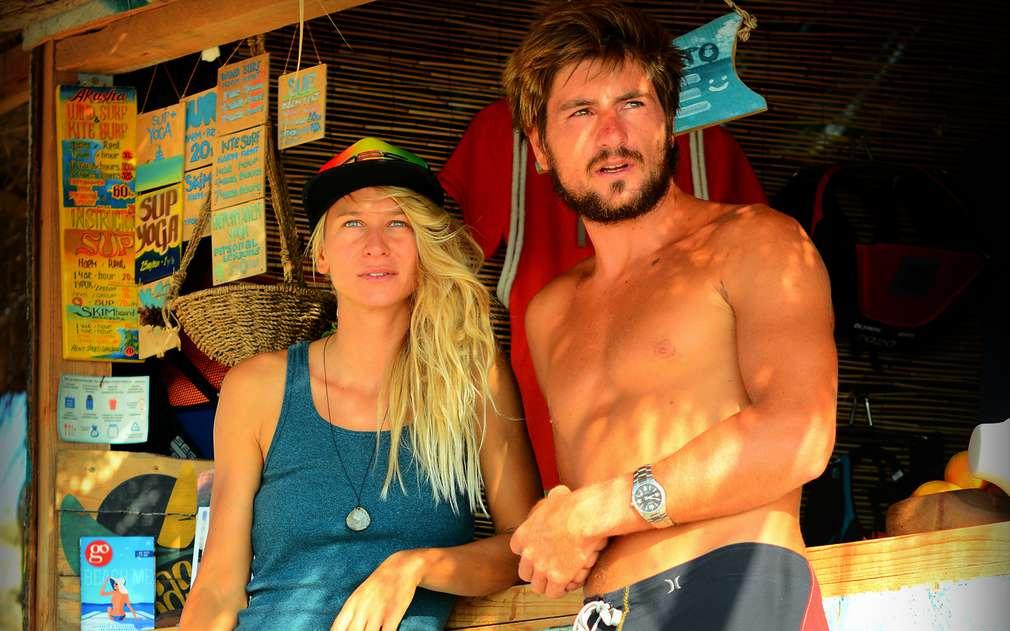 Изображение на двамата сърфисти на плажа