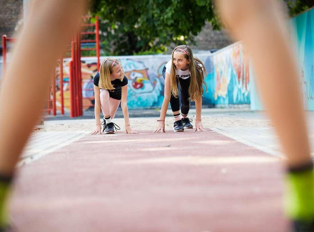 Изображение на деца, приклекнали на стартова линия. Нашите марки: Hip & Hopps® – ниски цени