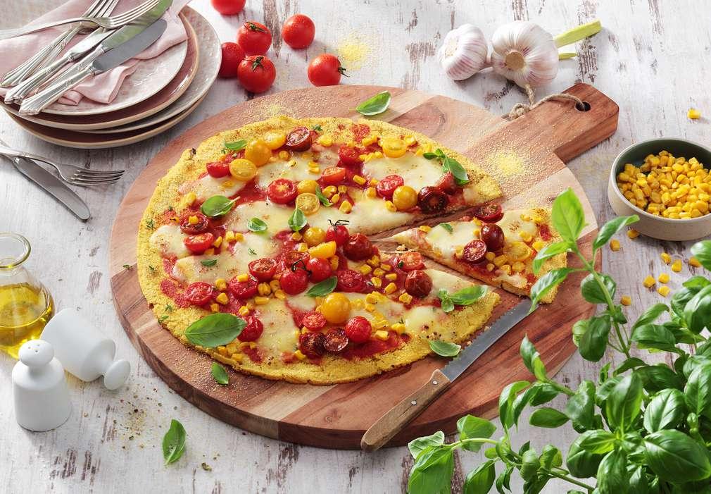 Изображение на дървена дъска, върху която има вкусна пица