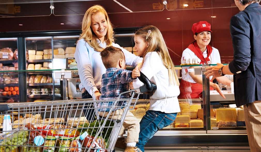 деца върху количка за пазаруване в Kaufland
