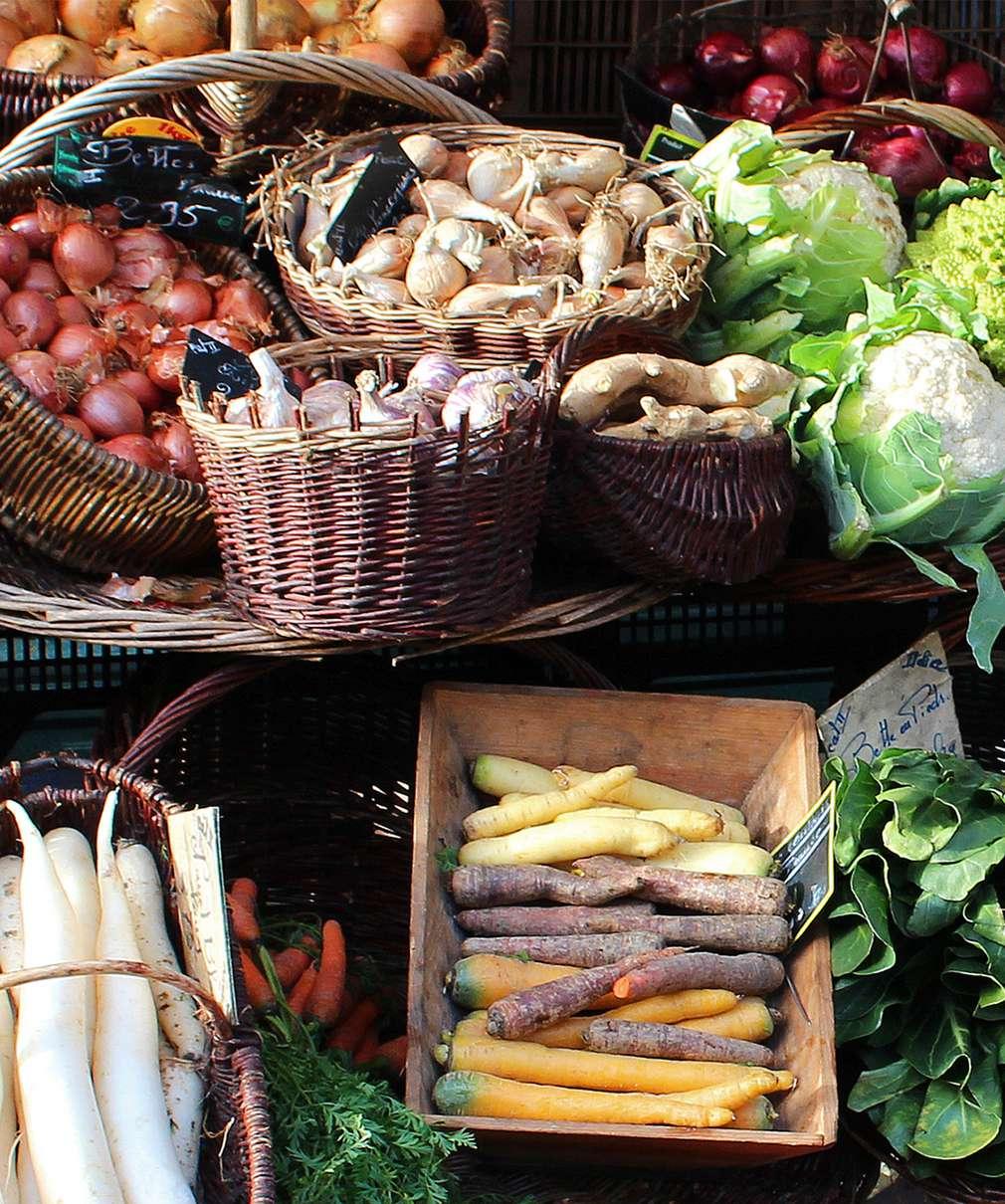 Изображение на плодове и зеленчуци в плетени кошници