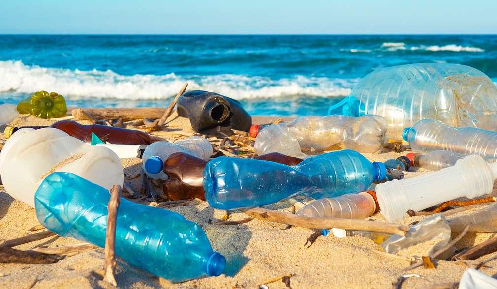 Изображение на пластмасови отпадъци на плажа
