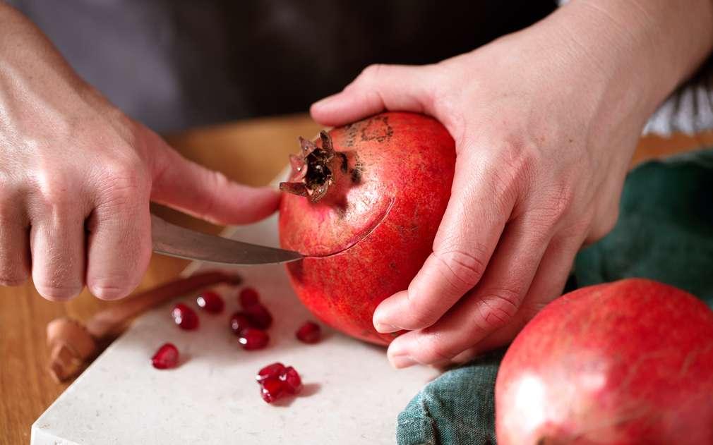 В горната половина на плода се прави разрез, след което внимателно се отделя така полученото капаче.