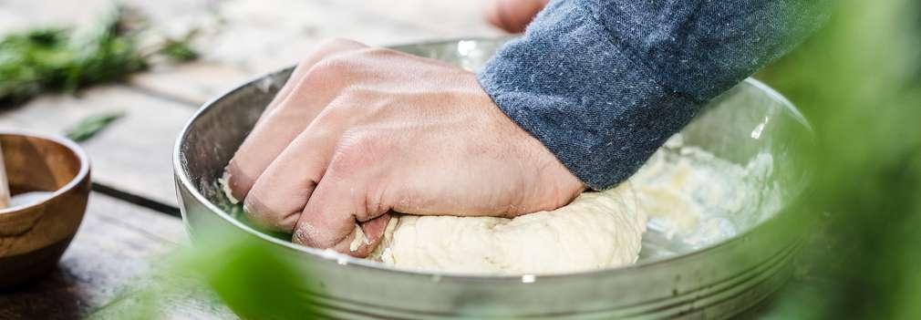 Омесва се гладко тесто, покрива се с кърпа и се оставя да втасва на топло място за около 30 минути