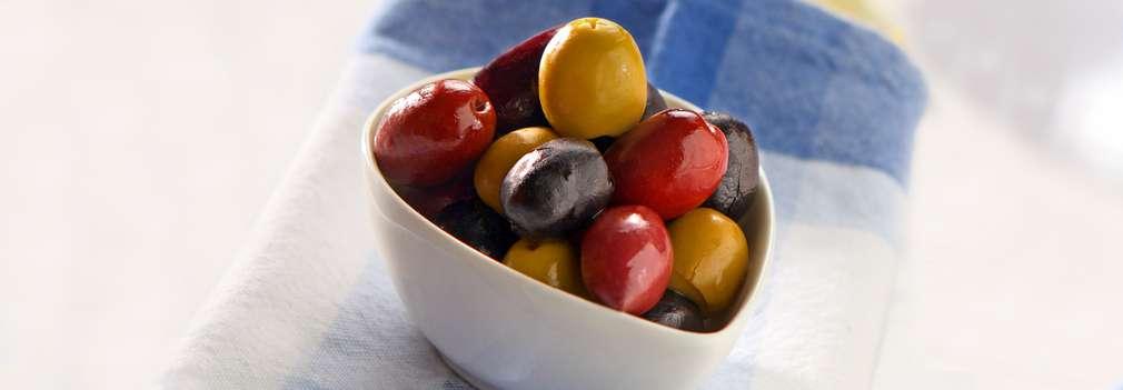 Изображение на купичка, пълна с маслини