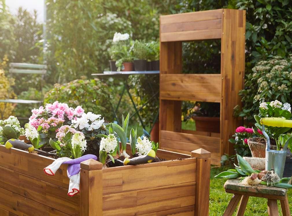 Изображение на различни сандъчета с цветя, арка и градинска масичка Countryside®