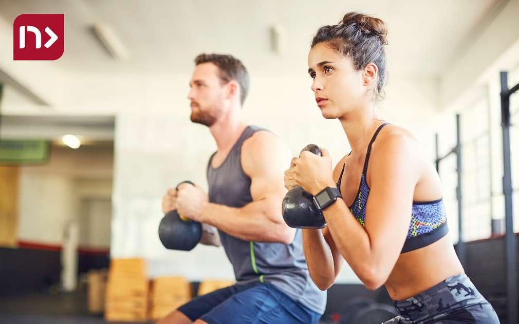 Изображение на мъж и жена, които тренират във фитнес зала