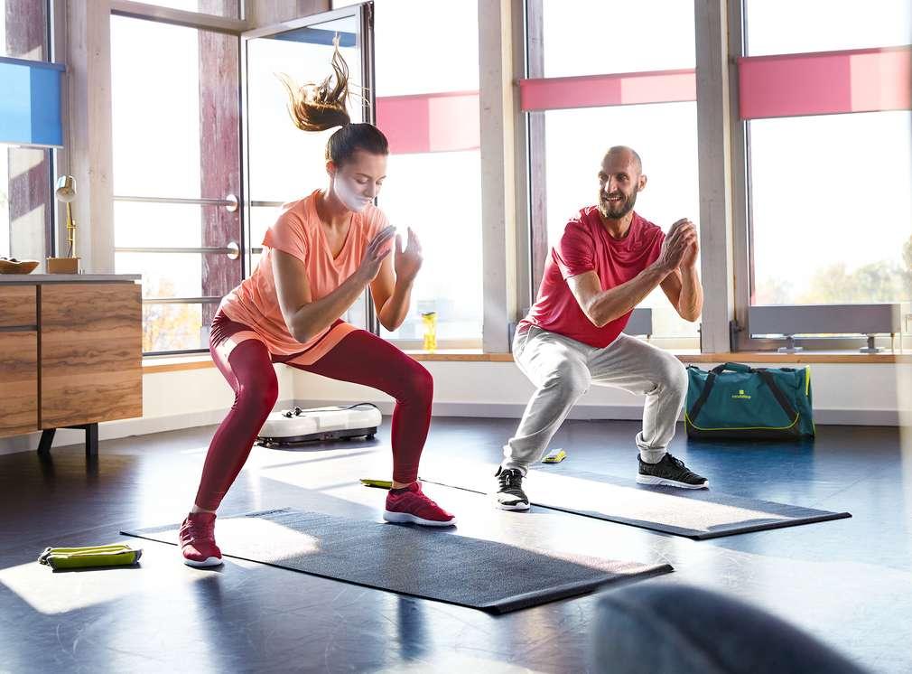 Изображение на мъж и жена, които правят упражнения в спортно облекло Newcential®