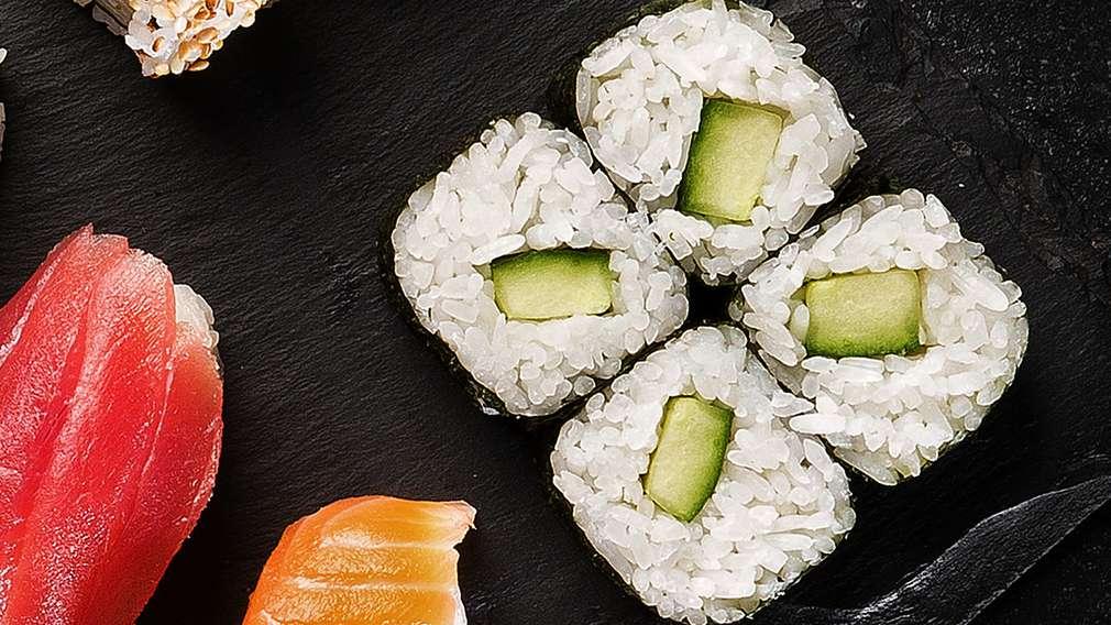 Изображение на няколко парченца суши маки