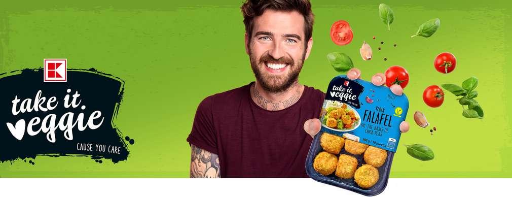 Mladý muž s produktem K-take it veggie
