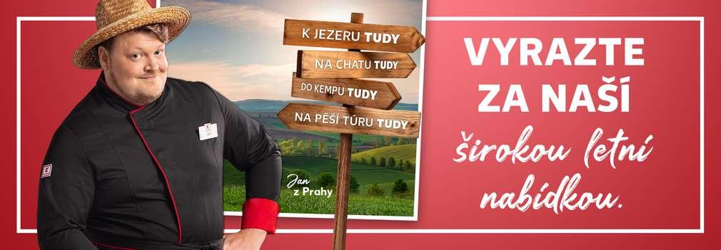 Jan z Prahy, fotka krajiny a dřevěný ukazatel cesty