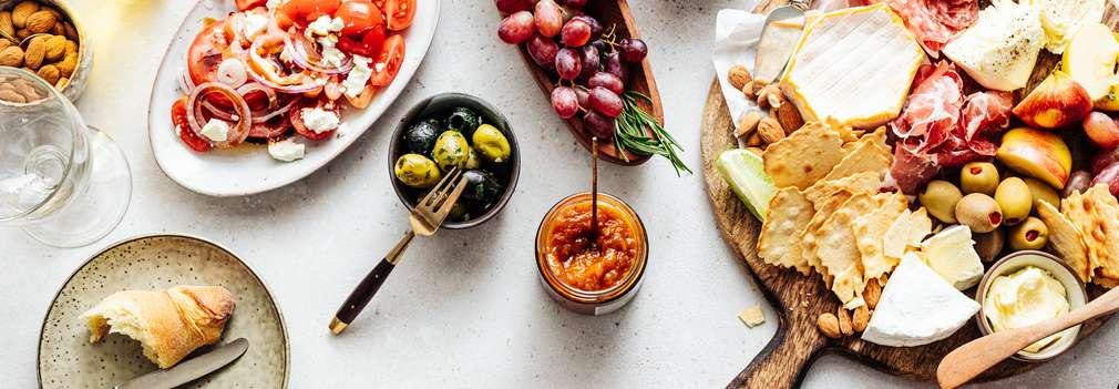 Verschiedene zubereitete Gerichte auf einem Tisch