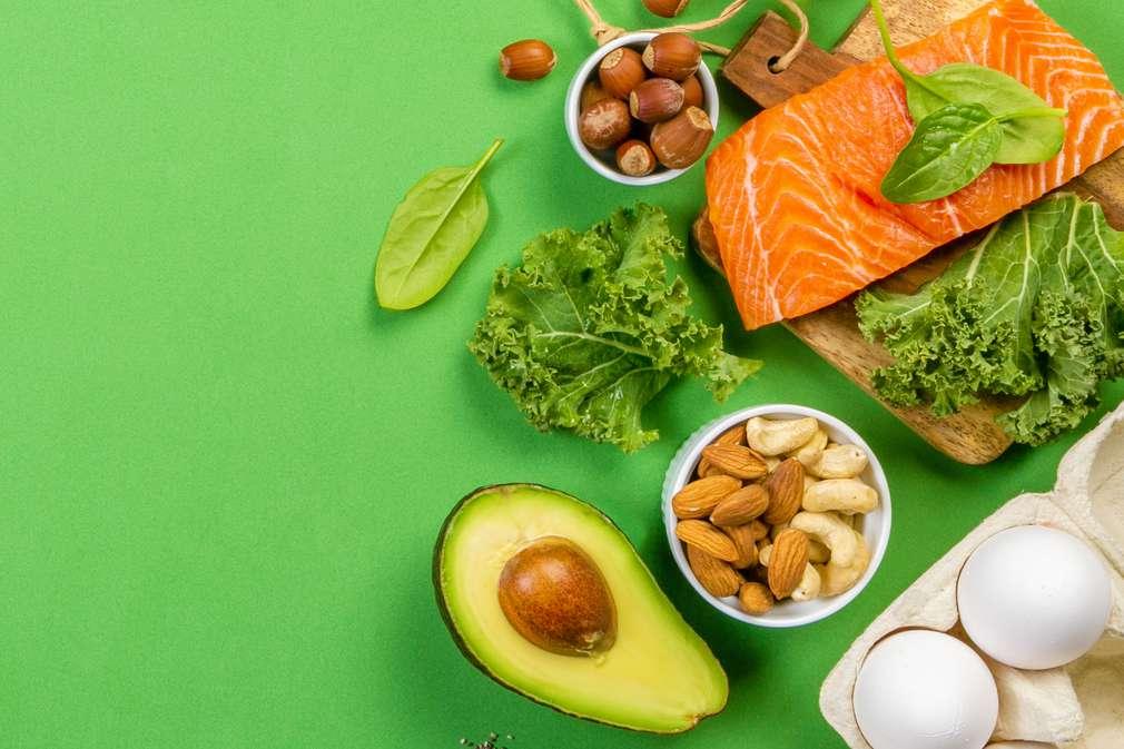 Verschiedene Lebensmittel auf grünem Grund