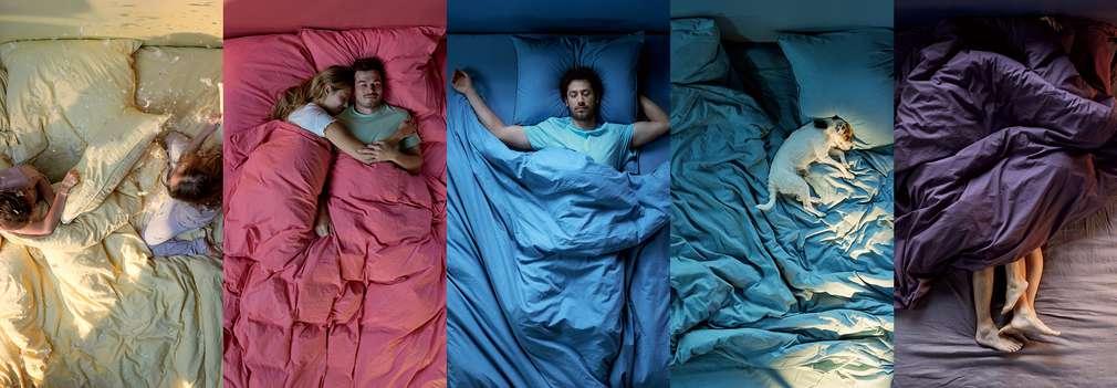 Изображение на хора, които спят в различни пози.