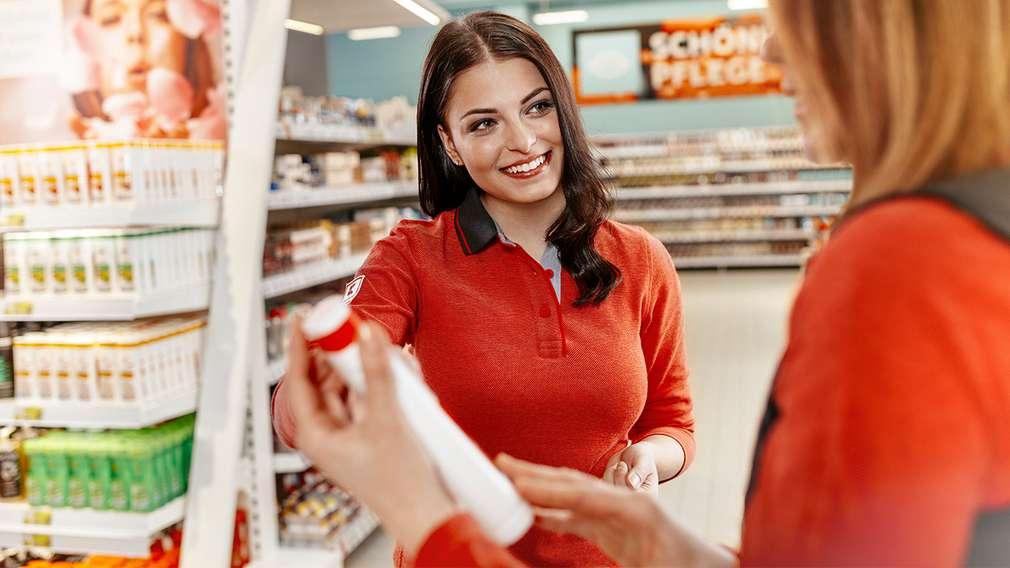 Auszubildende erhält Warenkunde von der Leiterin des Warenbereichs.