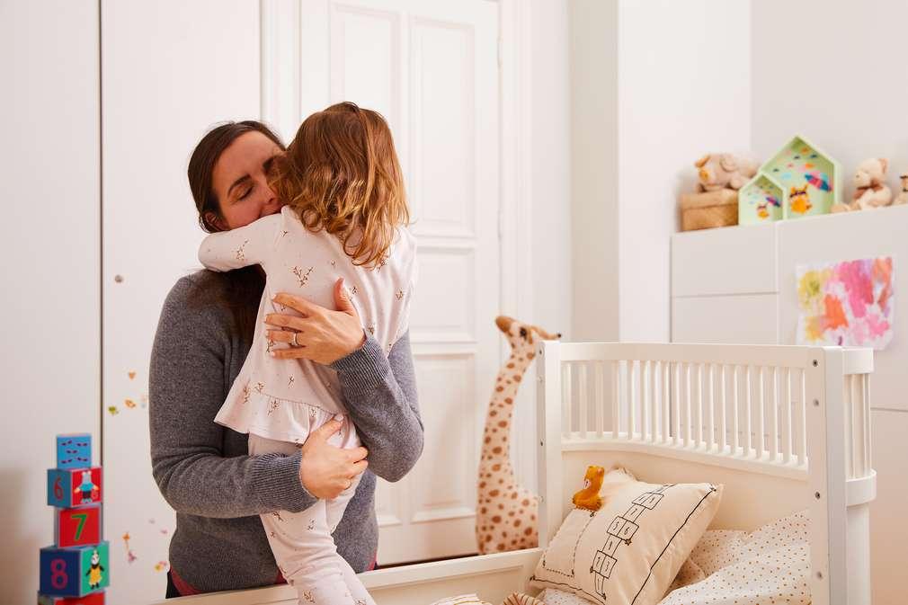 Eine Mutter umarmt ihr Kind