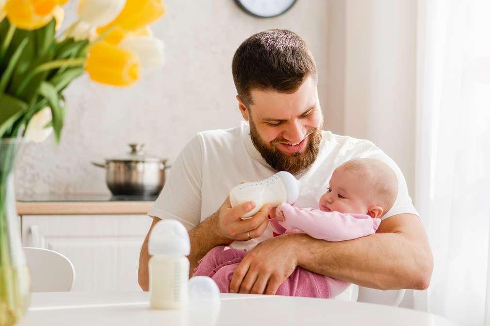 Papa gibt Baby die Flasche