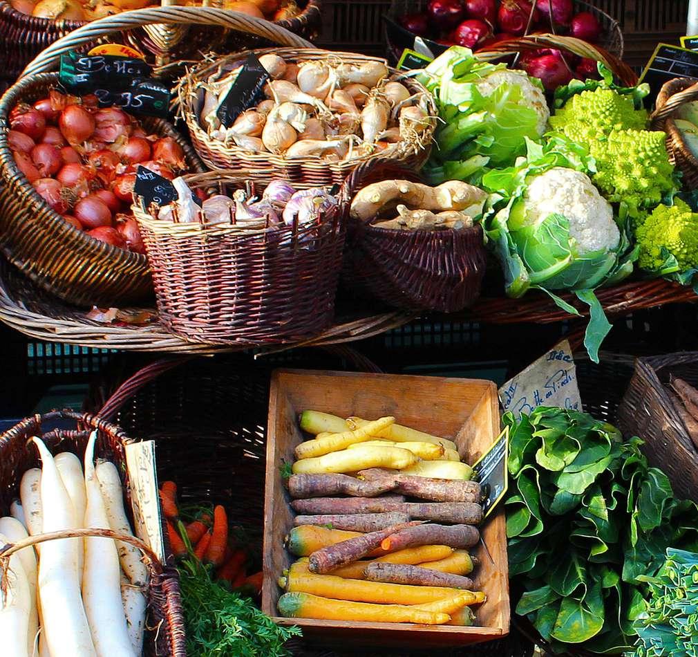 Verschiedene Gemüsesorten in Körben und Kisten