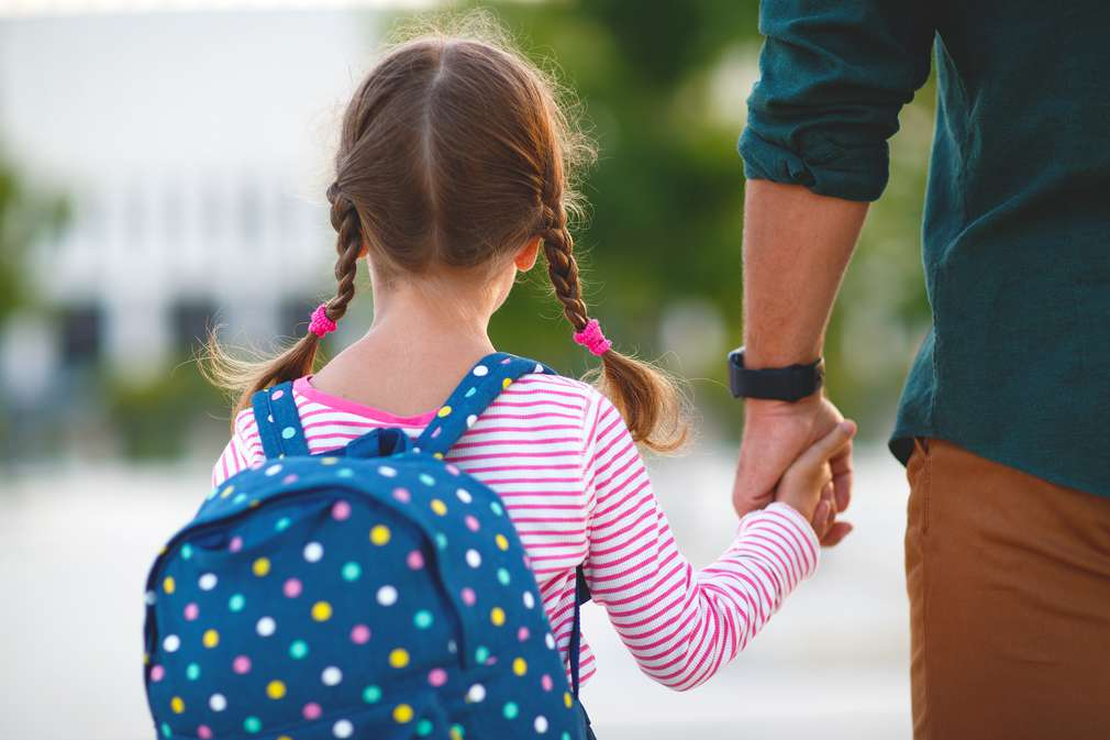 Vater mit Tochter an der Hand