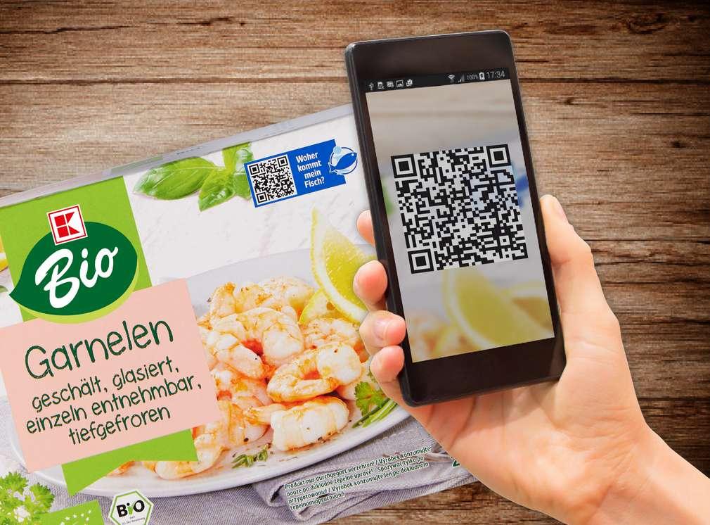 Scannen des QR-Codes eines Garnelenproduktes von K-Bio mit dem Smartphone