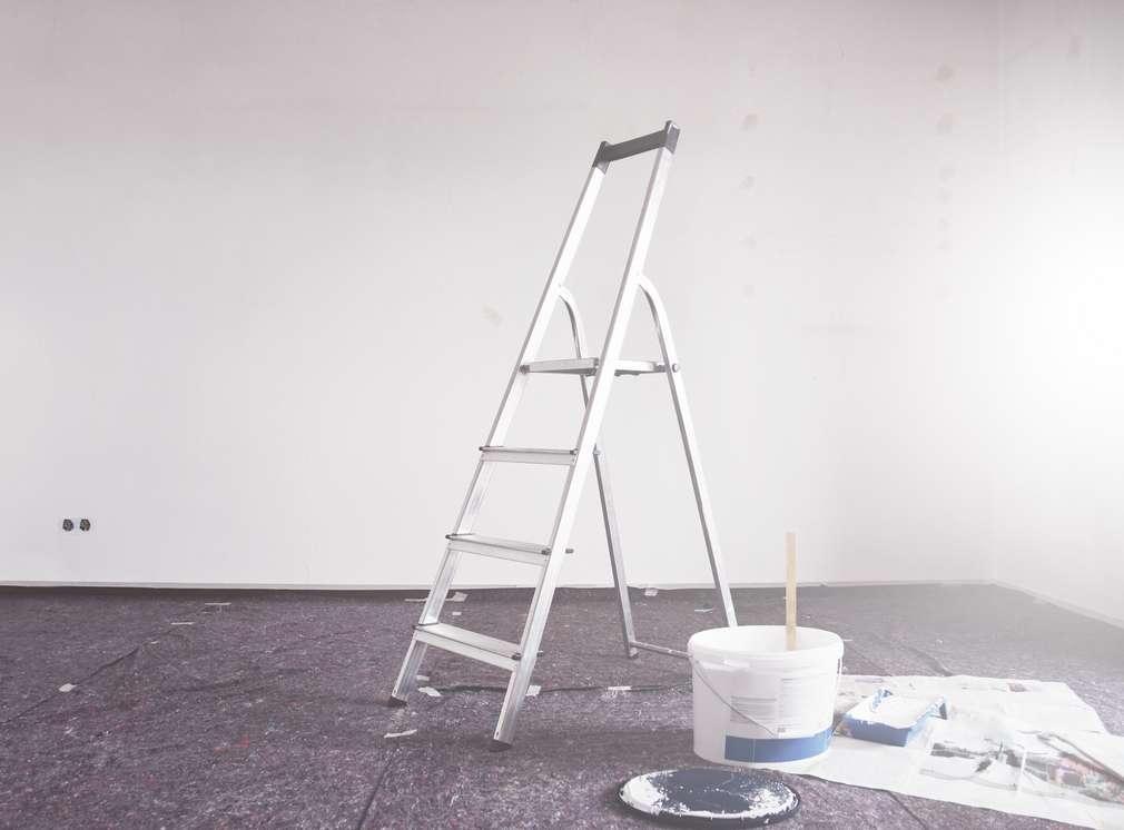 Rebrík v renovovanej miestnosti.