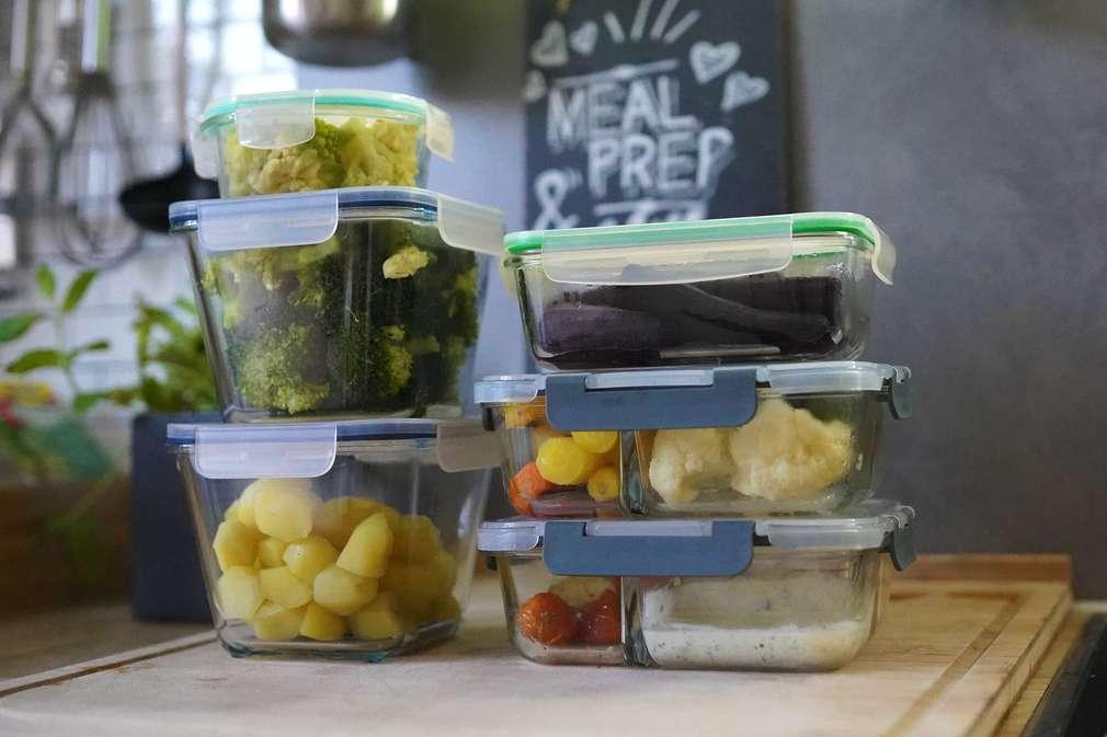 Tupperdosen gefüllt mit vorbereitetem Essen