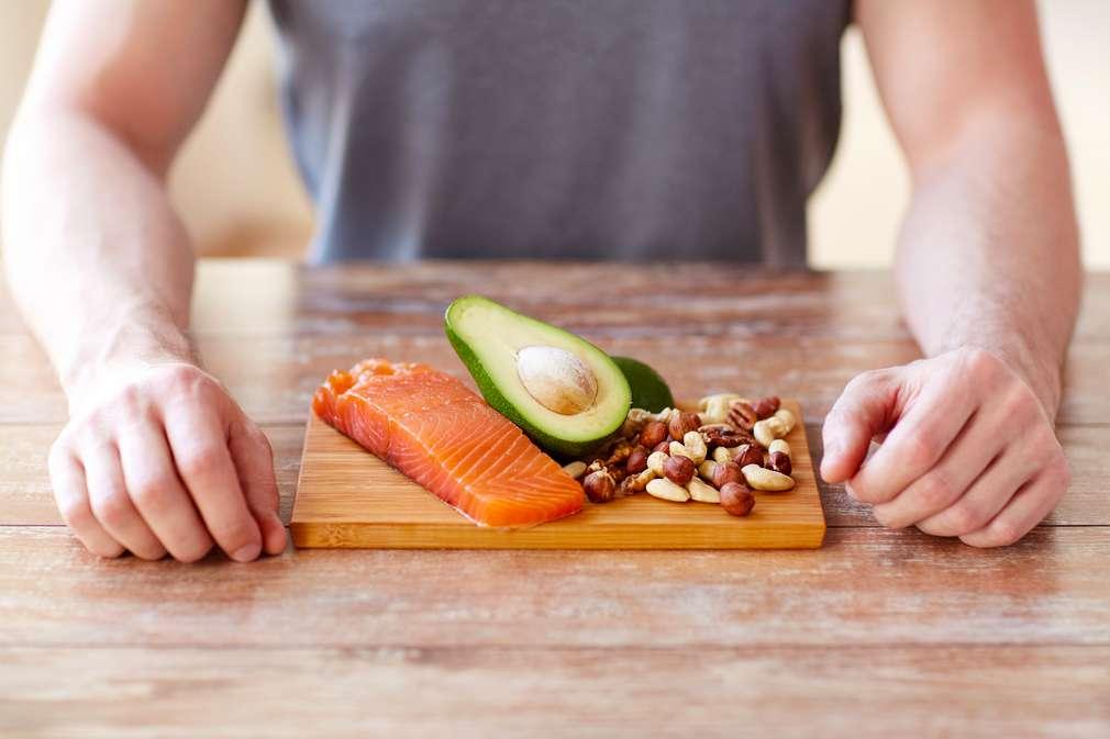 Verschiedene Lebensmittel für Hobbysportler auf einem Teller