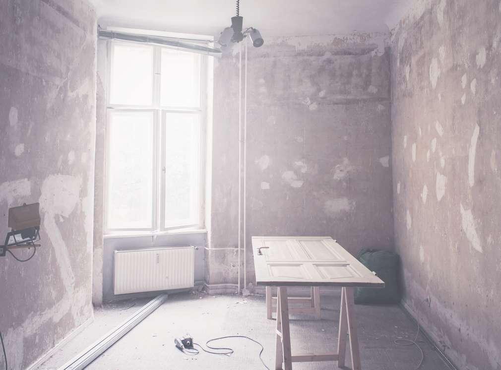 Izba počas renovácie.