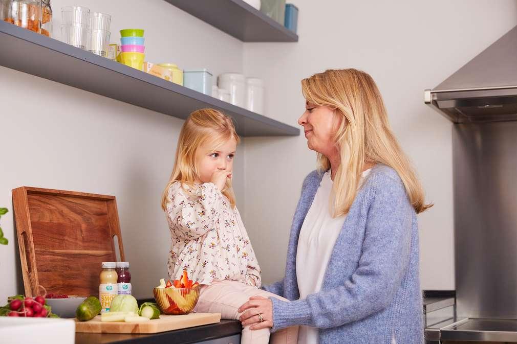 Mutter mit Tochter in der Küche
