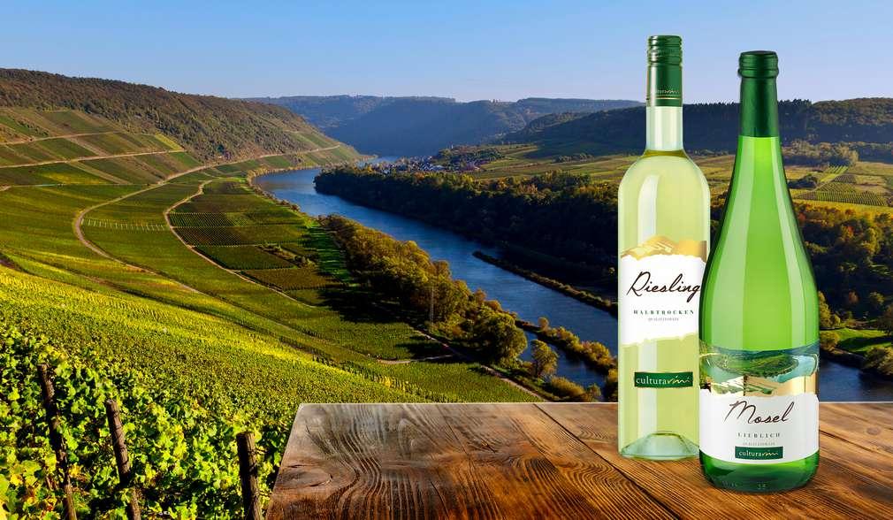 Zwei Weinflaschen, im Hintergrund Weinberge und Fluss