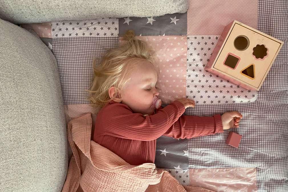 Kleinkind macht Mittagsschlaf