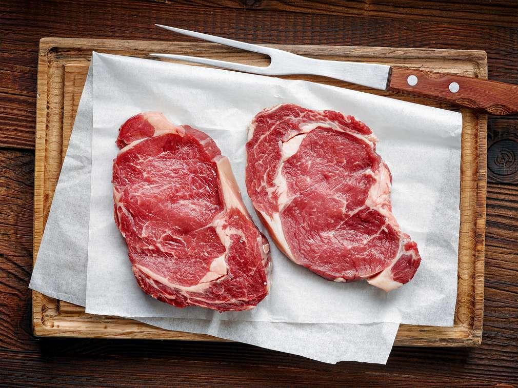 Die heißesten Tricks, um Fleisch schnell aufzutauen
