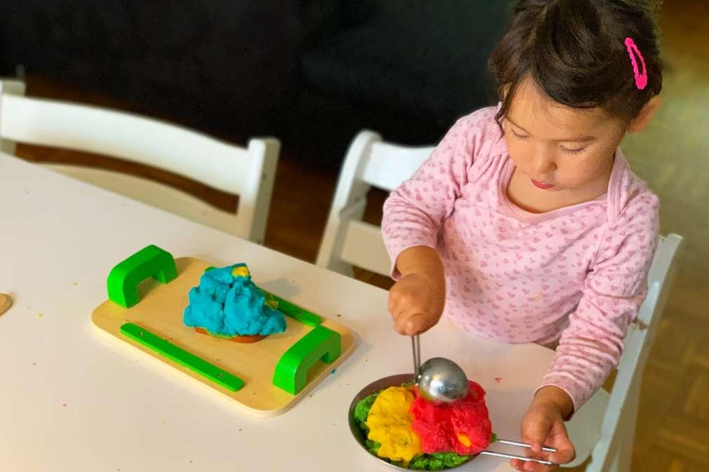 Mädchen spielt mit selbst gemachter Knete