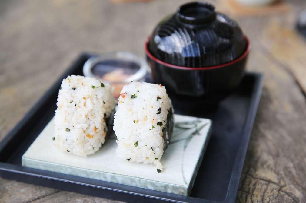 Asiatischer Snack: Onigiri-Reisbällchen für den Hunger zwischendurch