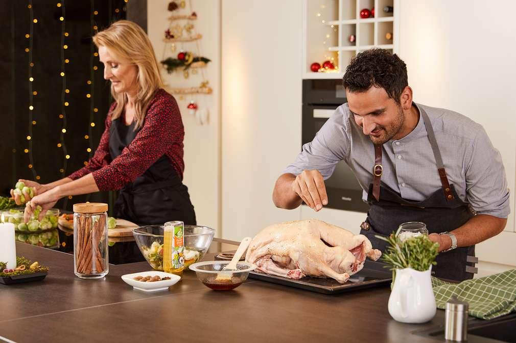 Alex Wahi und Alexa Iwan in der Küche