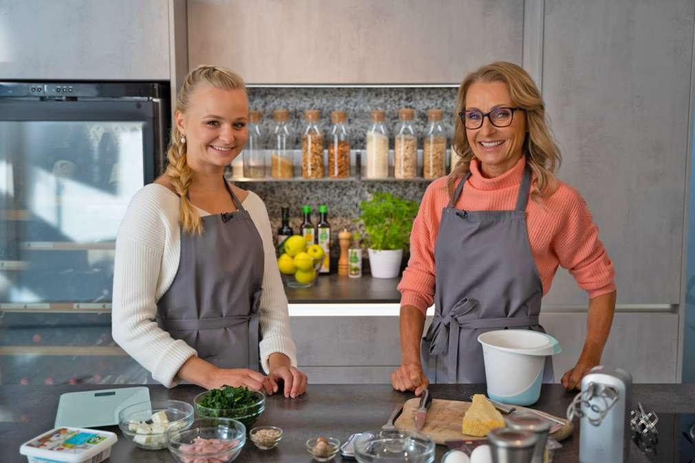 Ernährungswissenschaftlerin Alexa und ihr Gast Youtuberin Aliana in der Küche