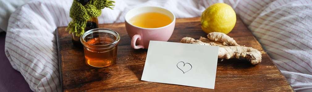 Servierbrett mit Tee, Ingwer und Zitrone