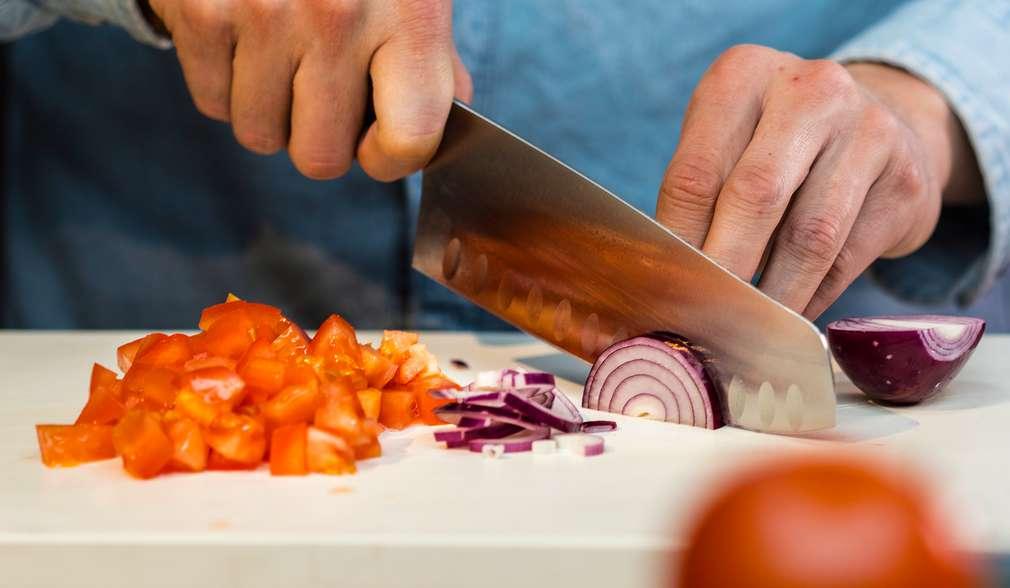 Schritt 1: Tomaten und Zwiebeln schneidien