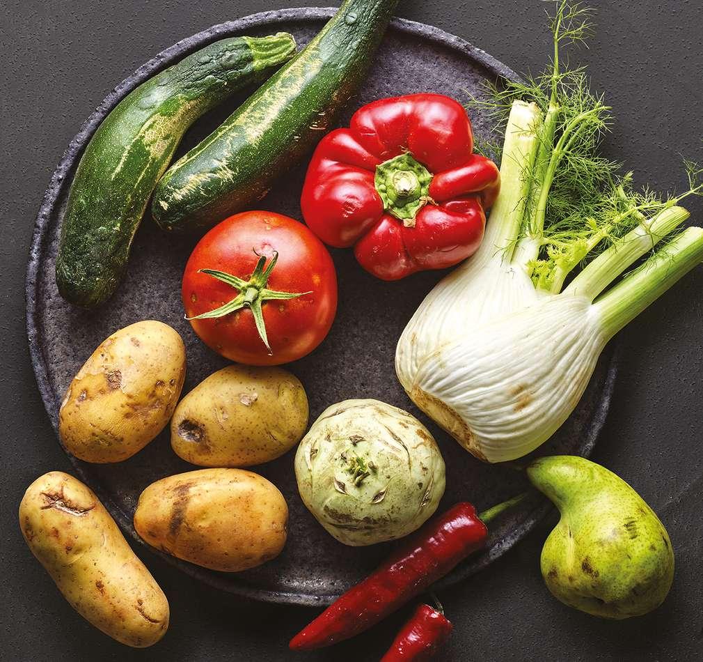 Paprika, Tomaten, Brokkoli und Karotten in Papiertüten