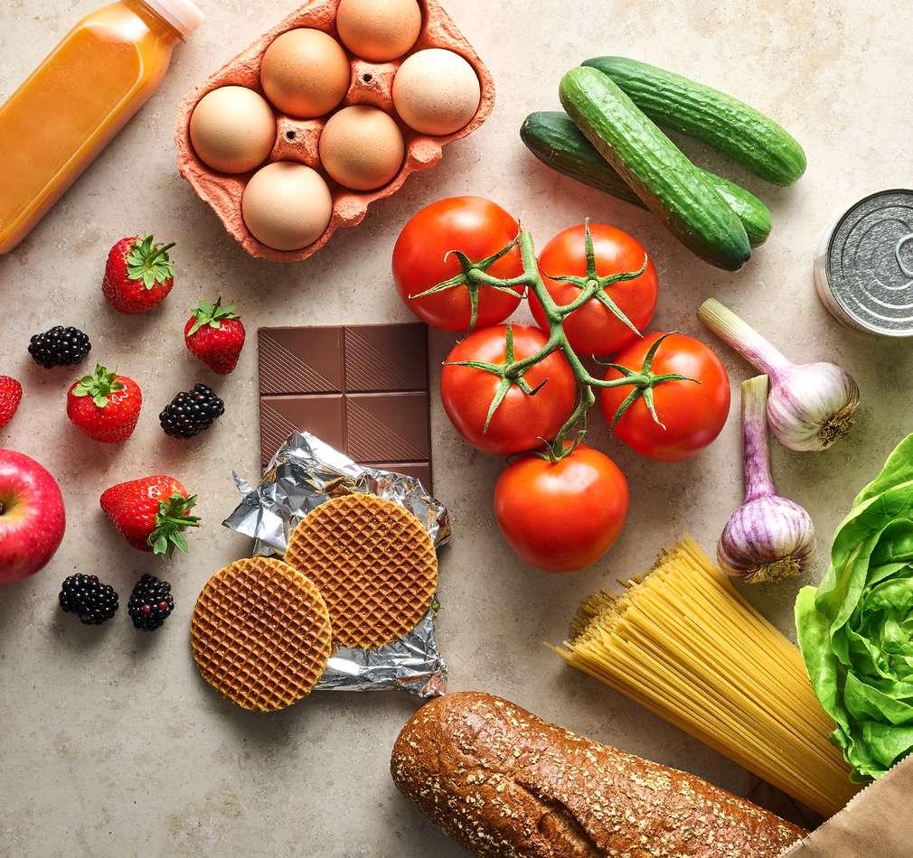 Eier, Tomaten, Gurken, Erdbeeren, Nudeln, Kekse und andere Lebensmittel