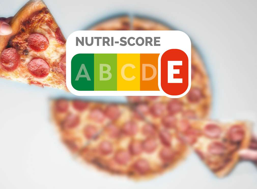 Nutri-Score Logo mit dunkelorangenem E und im Hintergrund eine Pizza
