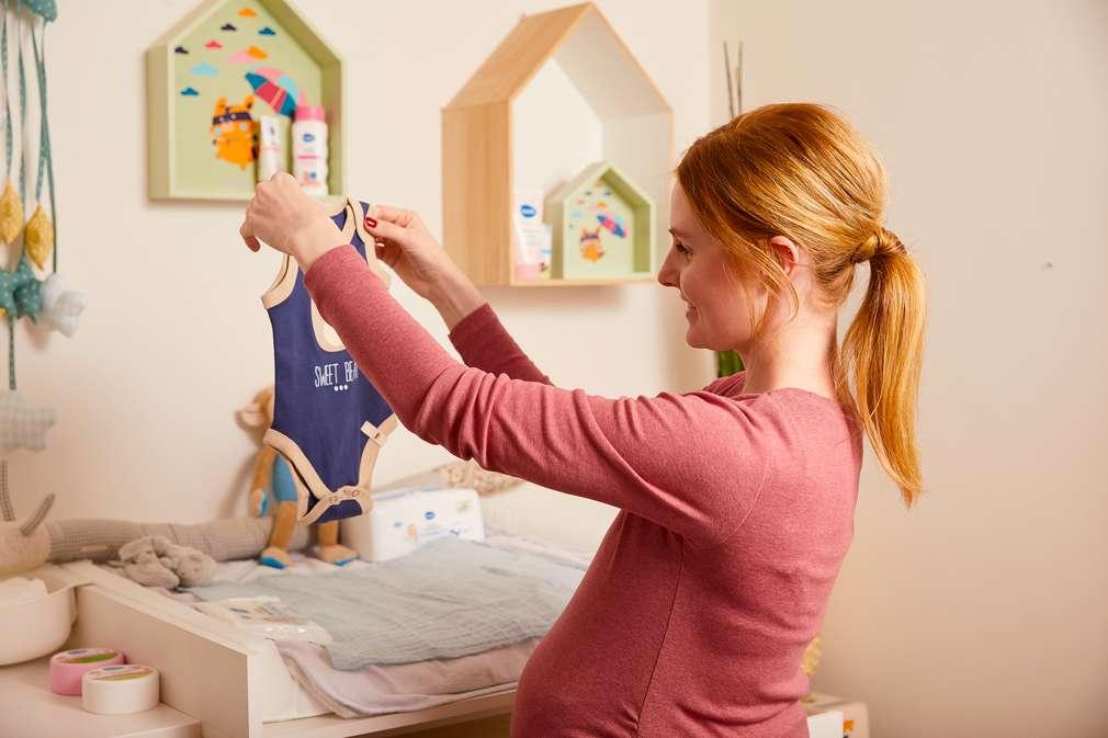 Schwangere Frau am Wickeltisch