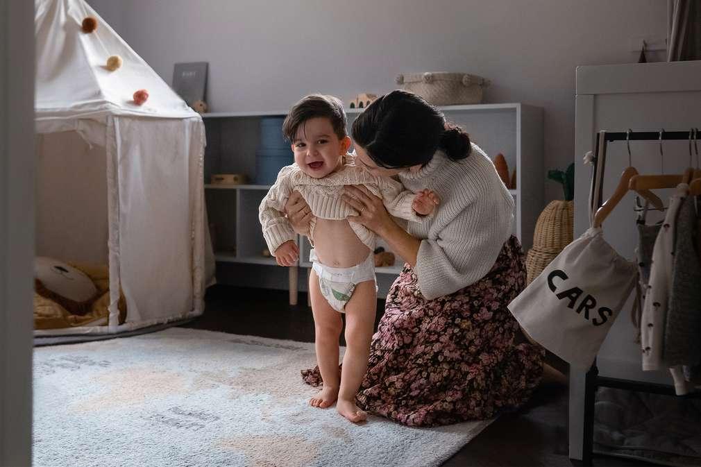 Mutter und Kind im Kinderzimmer
