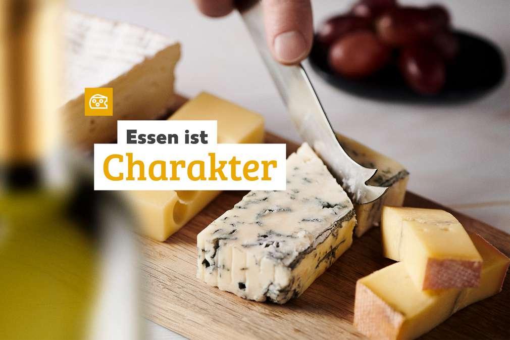 Essen ist Charakter: Käse wird angeschnitten