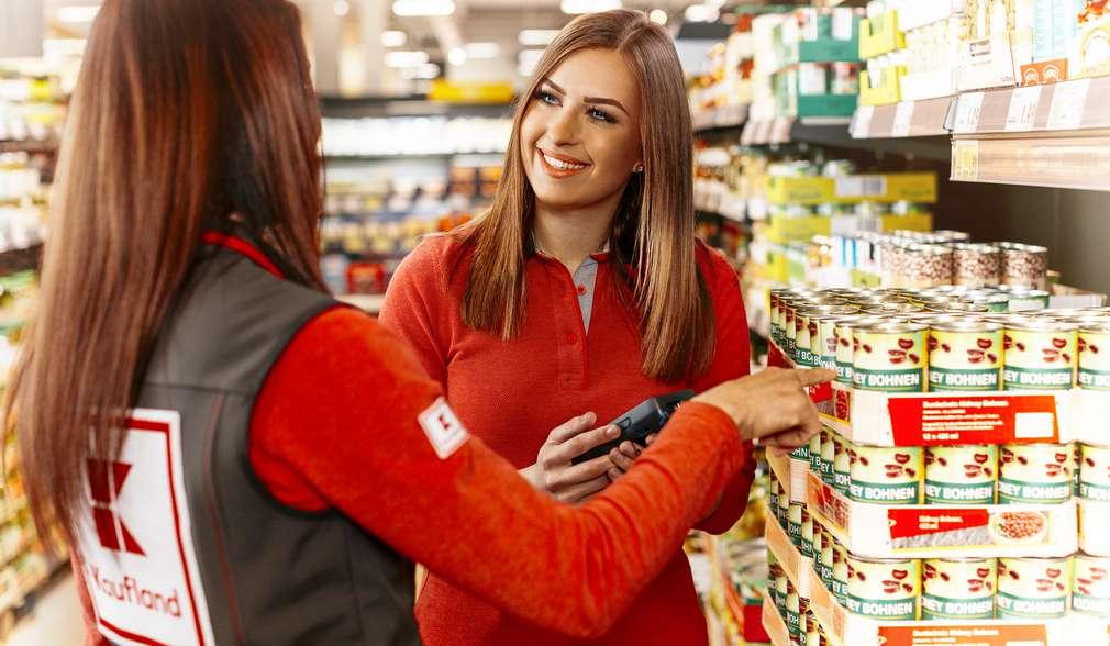 Eine duale Studentin prüft den Warenbestand und die Preise der Waren in der Filiale.