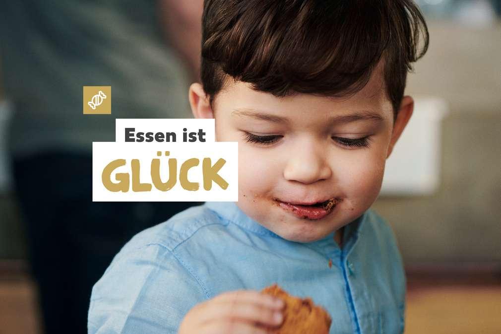 Essen ist Glück: Kind mit Keks