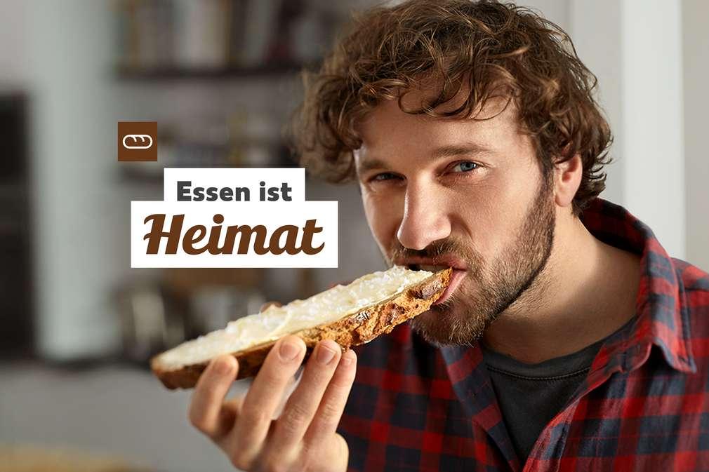 Essen ist Heimat: Mann beist in Brot