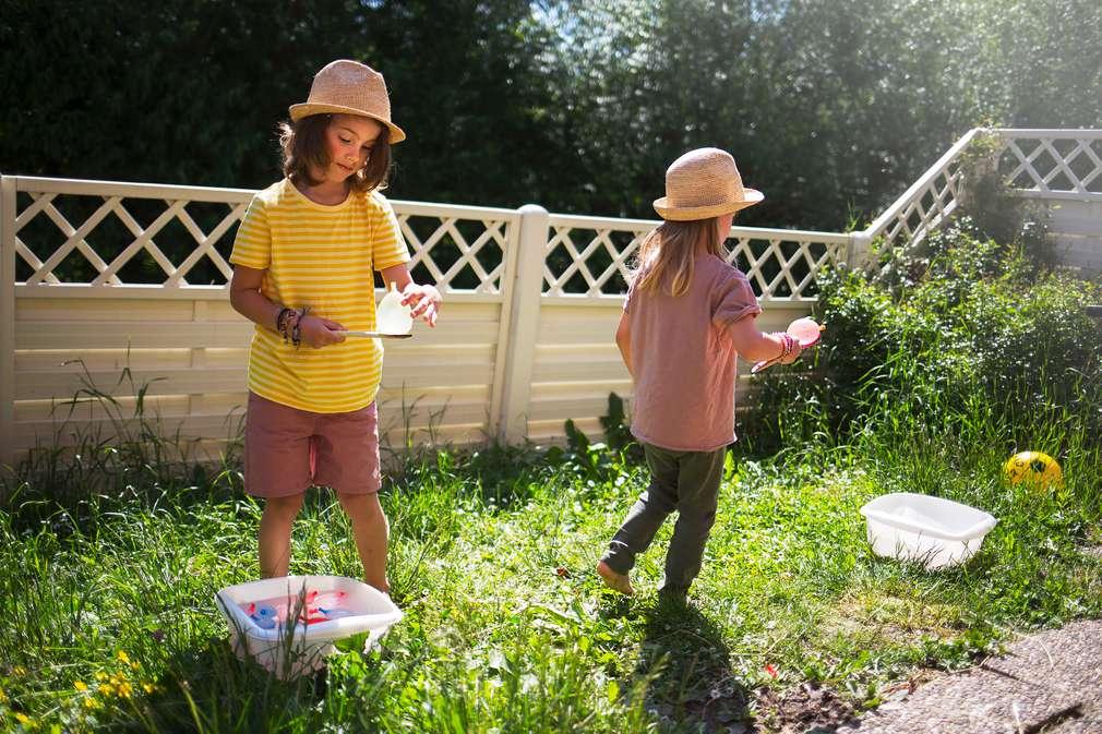 Jungen beim Spielen mit Wasserbomben